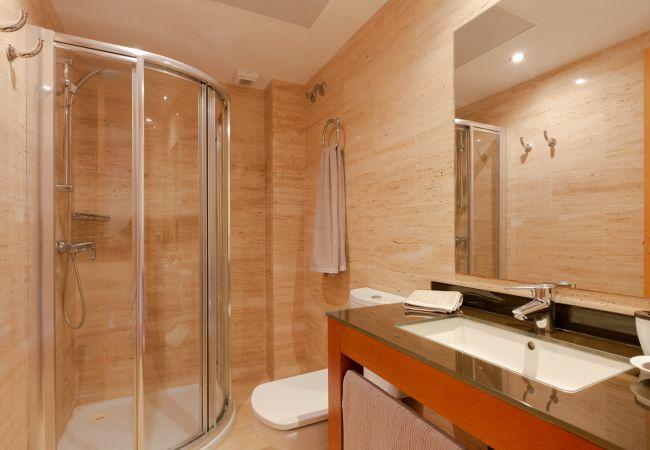 Badezimmer mit Wäsche, Dusche und WC