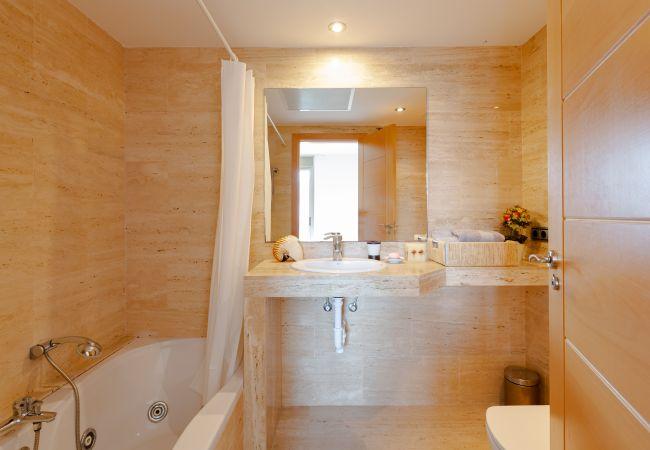 Komplettes Badezimmer mit eigenem Bad im Hauptschlafzimmer