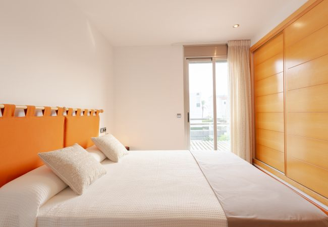 Hauptschlafzimmer mit Doppelbett und Einbauschrank