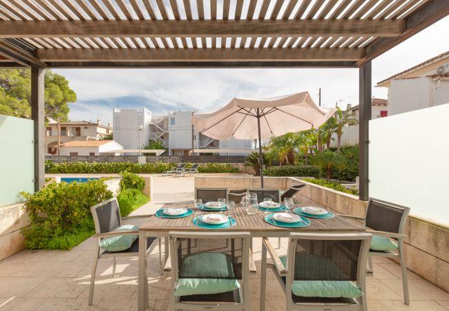 Tisch für sechs Personen im Duplex La Nau B