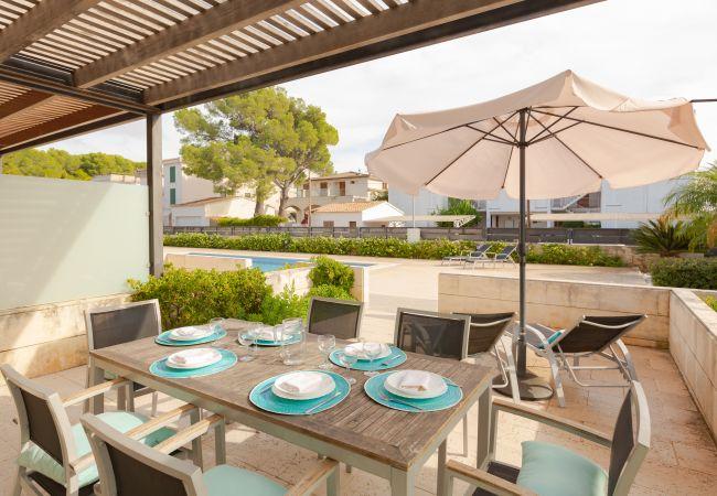 Überdachte Terrasse mit Zugang zum Pool