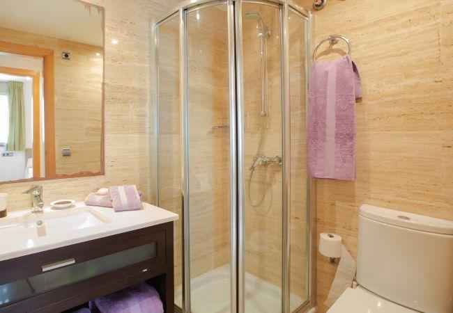 Badezimmer mit Dusche in der Maisonette B-Wohnung