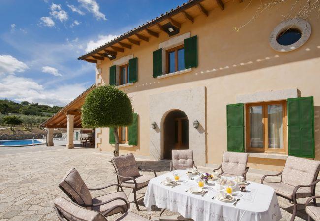 Fassade und Tisch zu essen
