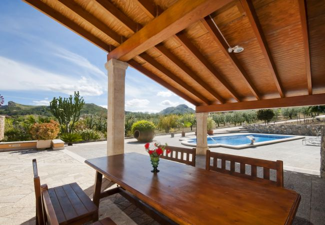 Überdachte Terrasse mit Tisch