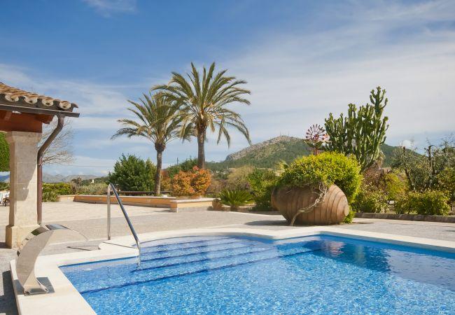 Schwimmbad mit Bergblick in Alcudia