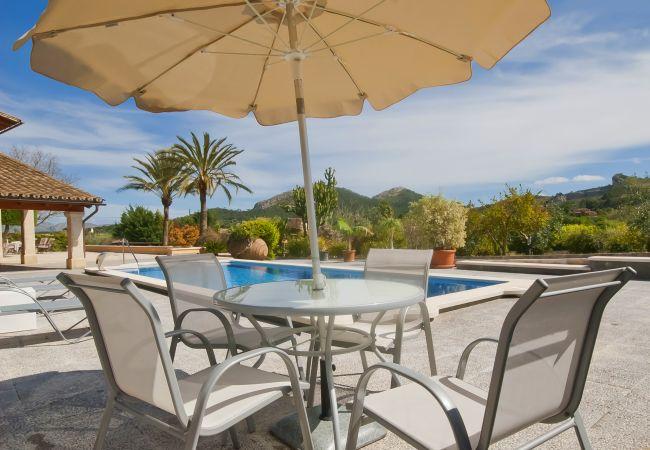 Tisch mit Sonnenschirm und Bergblick
