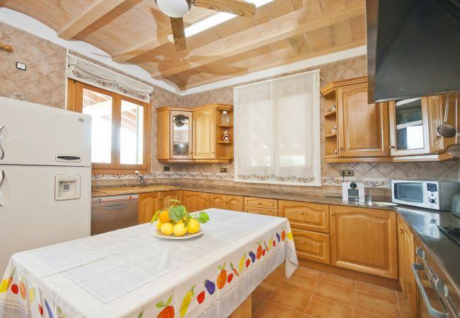 Küche mit Mikrowelle, Kühlschrank und Herd