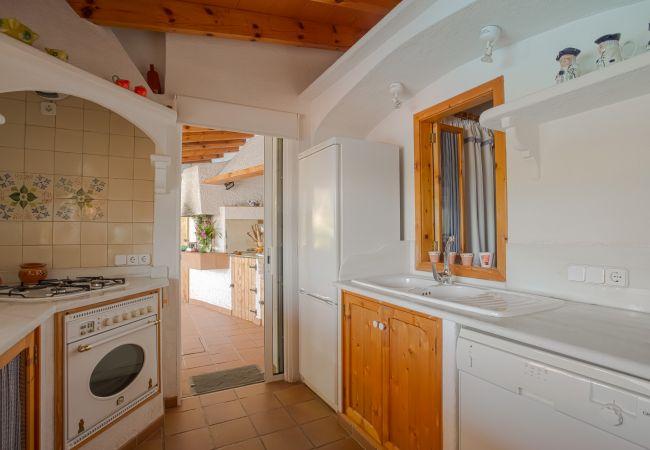 Ausgestattete Küche mit Zugang zur Außenseite