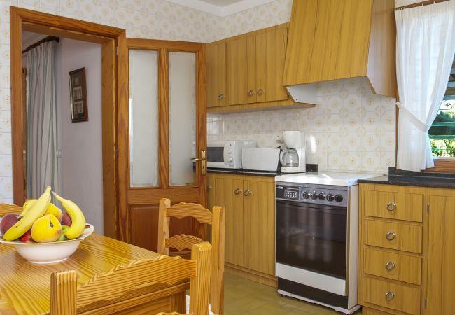 Küche und Frühstückstisch