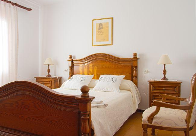 Zimmer mit Doppelbett und Sessel