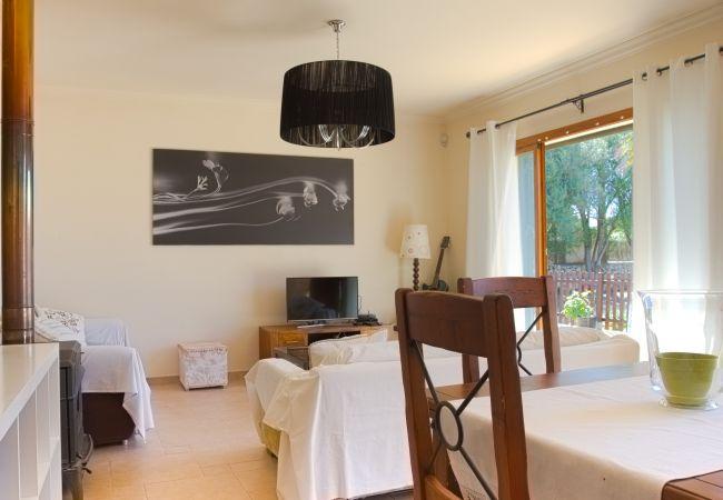Wohnzimmer mit TV und Sofas