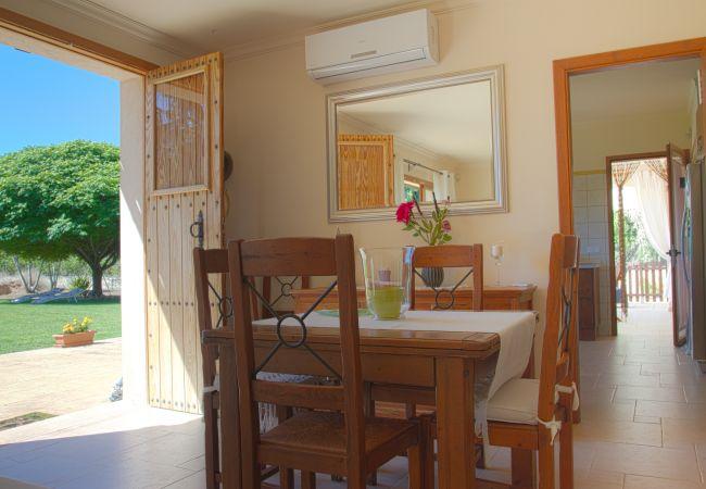 Wohnzimmer mit Klimaanlage und Zugang zur Küche