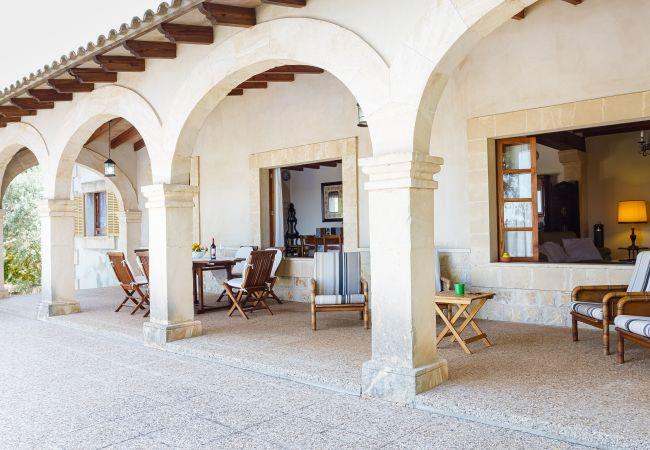 Terrasse mit Tischen und Stühlen