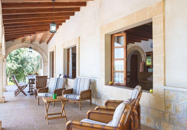 Sessel und Tische auf der Terrasse