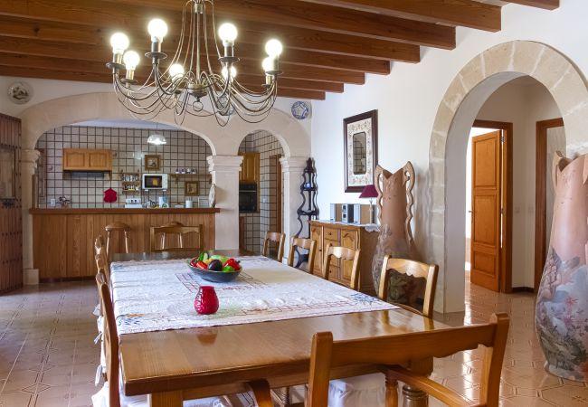 Wohnzimmer und Küchentisch