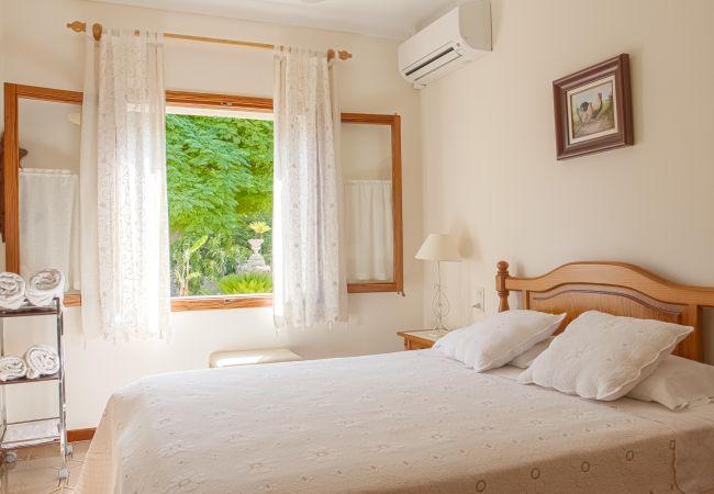 Schlafzimmer für zwei Personen mit Klimaanlage und Badezimmer