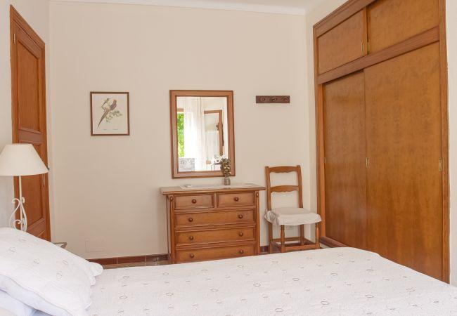 Zimmer mit Doppelbett und Kleiderschrank