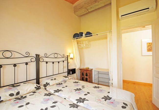 Schlafzimmer mit zwei Einzelbetten und Klimaanlage