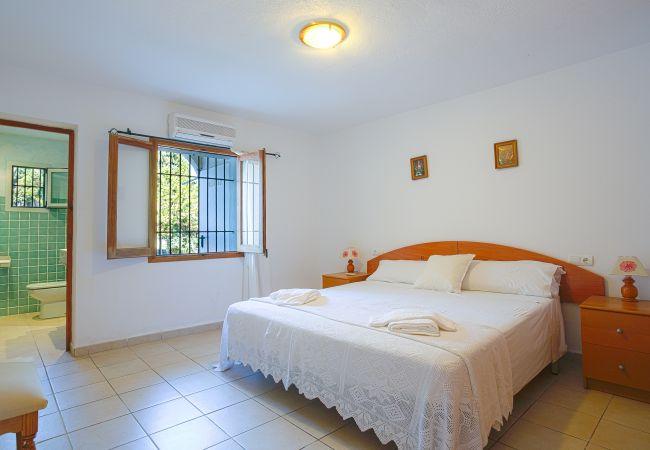 Schlafzimmer mit Doppelbett und Badezimmer