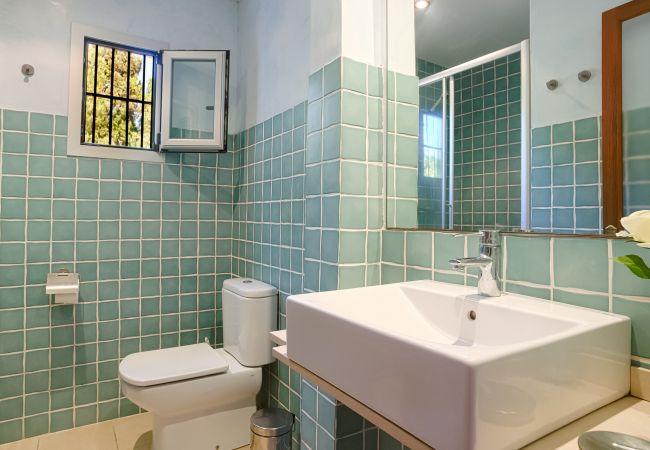 Badezimmer mit Dusche im Hauptschlafzimmer