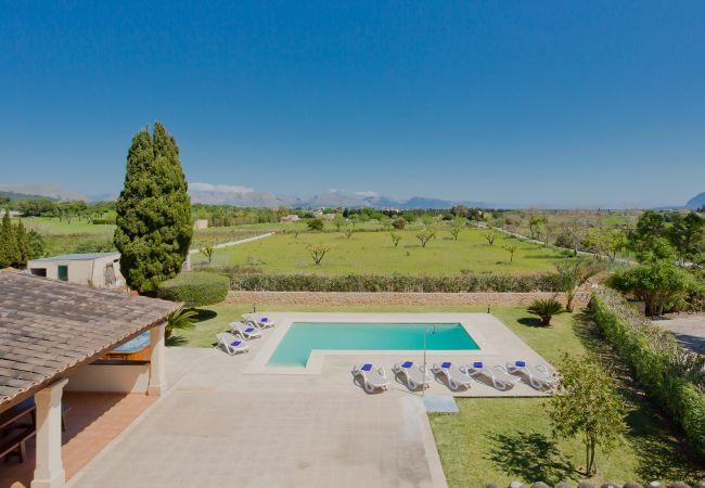 Blick auf den Pool und die Bucht von Alcudia