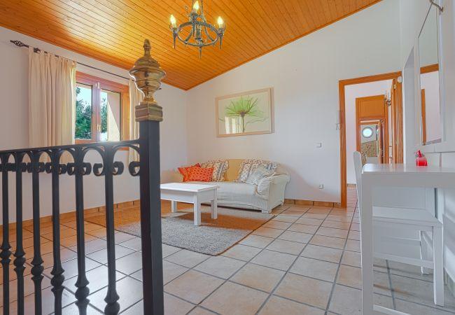 Kleines Wohnzimmer mit Sofa