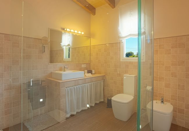 Badezimmer mit großem Spiegel und modernem WC