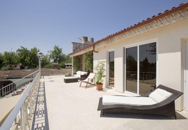 Terrasse mit Liegestühlen und Zugang zu den Schlafzimmern
