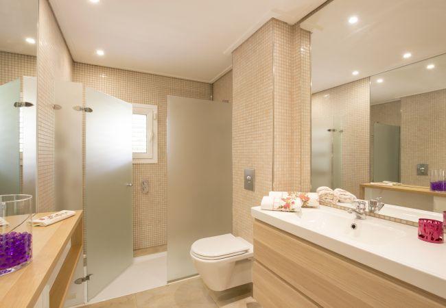 Komplettes Badezimmer mit Waschbecken, Dusche und WC