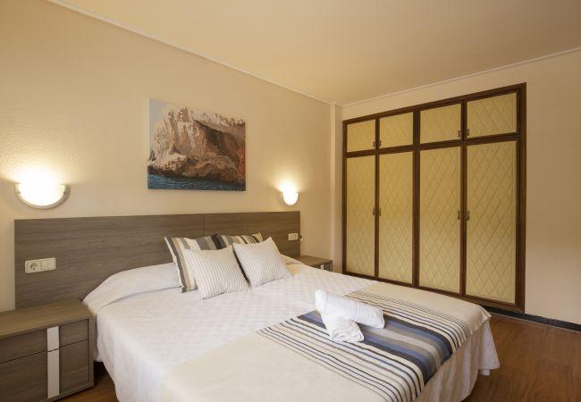 Schlafzimmer mit Doppelbett und Einbauschrank