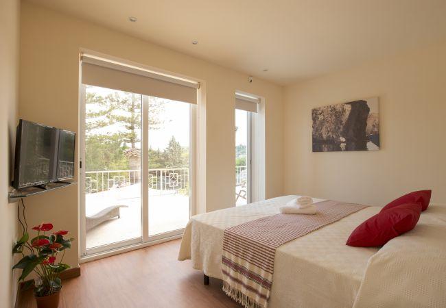 Zimmer mit Doppelbett Bettwäsche inklusive.