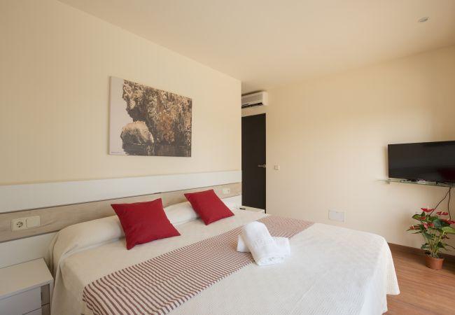 Zimmer mit Doppelbett und Zugang zum Balkon