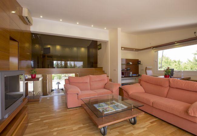 Wohnzimmer mit Fernseher im Hauptraum
