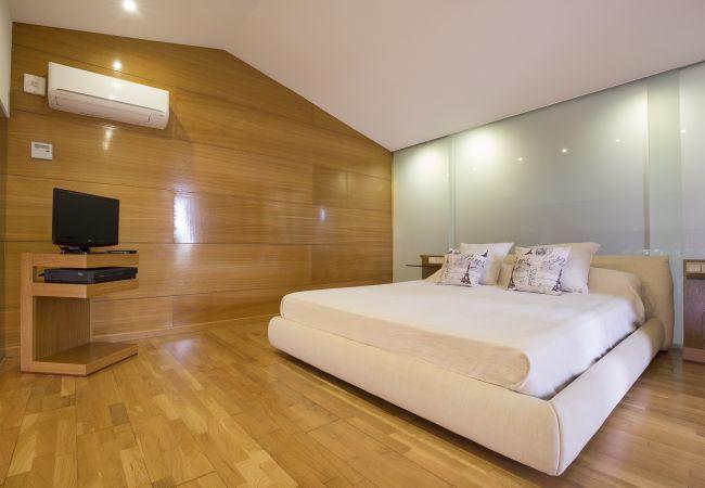 Schlafzimmer mit Klimaanlage und Fernseher