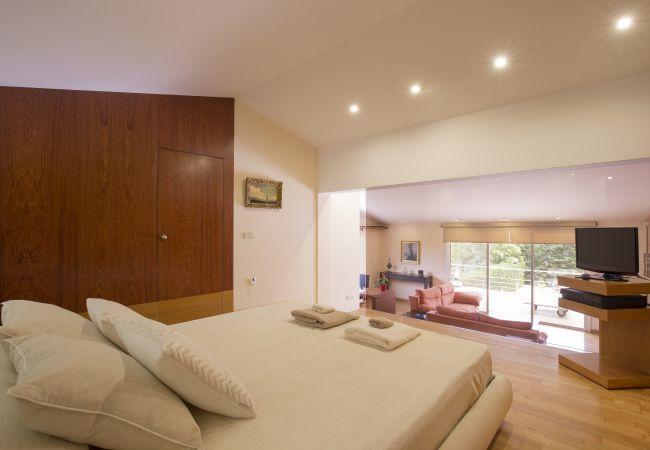 Hauptschlafzimmer mit Fernseher und Wohnzimmer