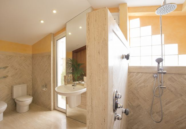 Hauptbadezimmer von der Dusche aus gesehen