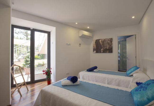 Doppelzimmer mit Einzelbetten und Badezimmer