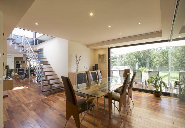 Esszimmer mit luxuriösen Stühlen und Glastisch