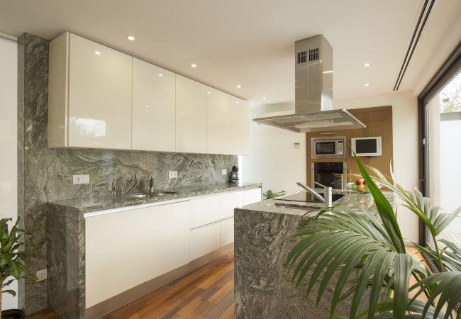 Marmorküche mit Aussicht und Zugang nach draußen