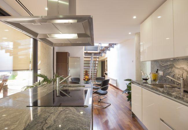 Küche mit Blick auf den Pool und leichten Zugang nach draußen
