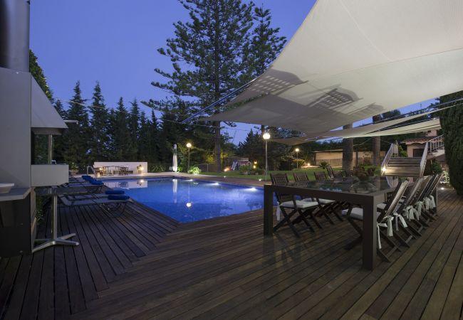 Pool und Nachttisch