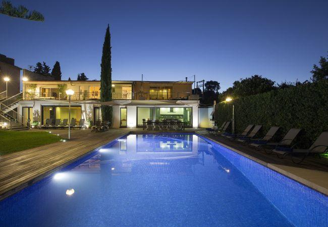 Pool mit Lichtern, um die Feiertage zu genießen