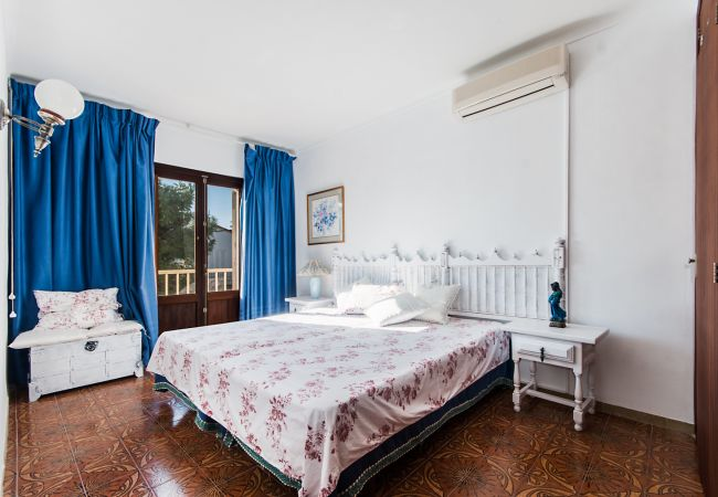 Double bedroom with double bed and AC