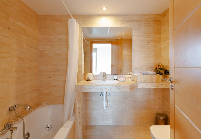 Full bathroom with ensuite bath in the master bedroom