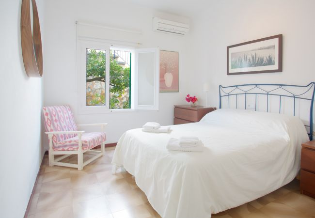 Bedroom with double bed and air conditioning