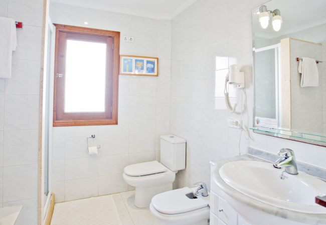 Bathroom with shower and washbasin