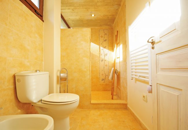 Bathroom en suite in Selva