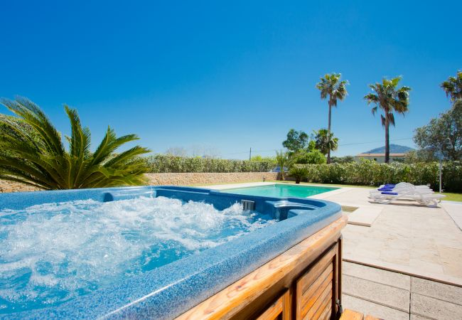 Jacuzzi and pool overlooking Alcudia
