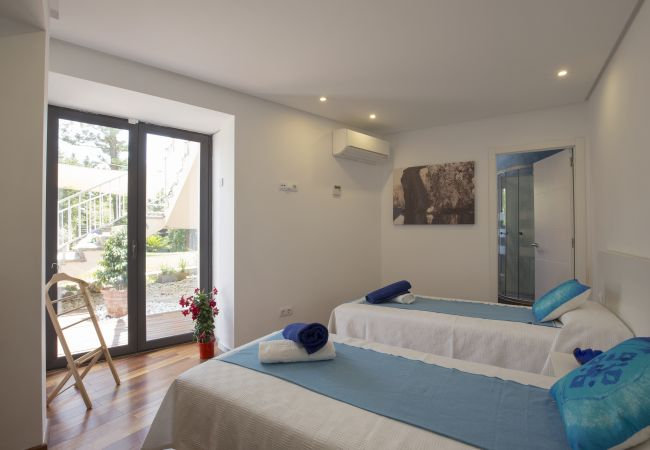 Double bedroom with single beds and bathroom