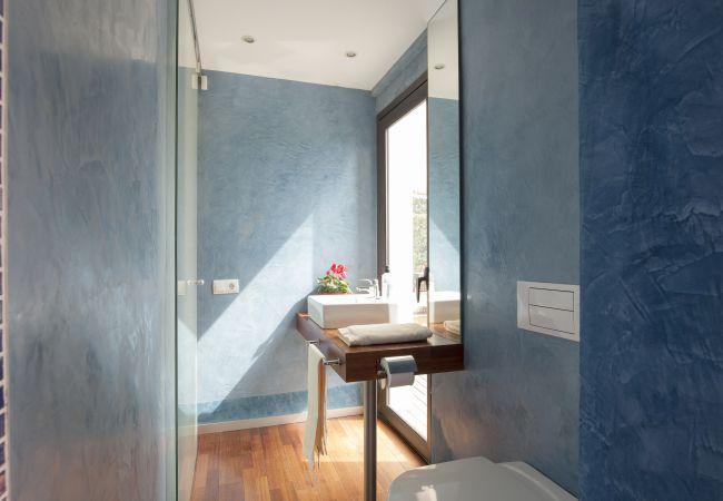Bathroom with good lighting